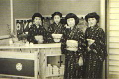 古蓮創業当時の店内と創業者古田玉子さん